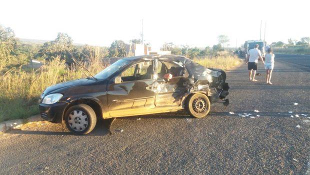 Criança morre em colisão entre carro e caminhão, próximo a Caldas Novas