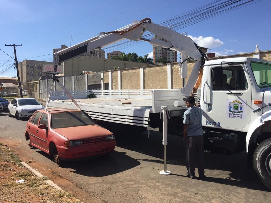 Seplanh inicia ação para remover carcaças de veículos das ruas de Goiânia