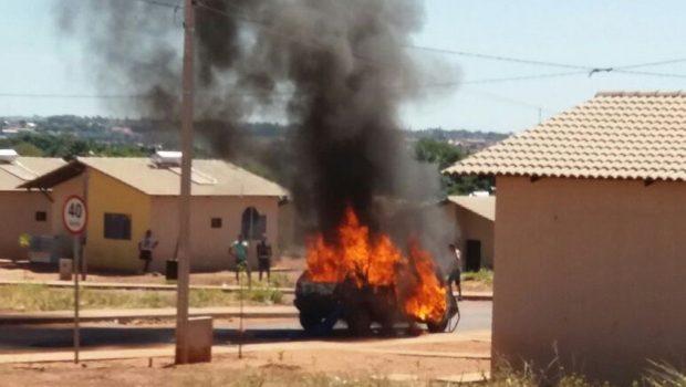 Mulher coloca fogo no carro do marido após flagrá-lo com outra