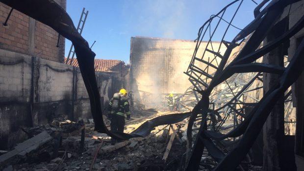 Incêndio atinge galpão abandonado, em Goiânia