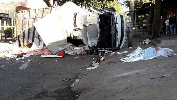 Carro fura sinal vermelho e provoca morte de motorista de caminhão