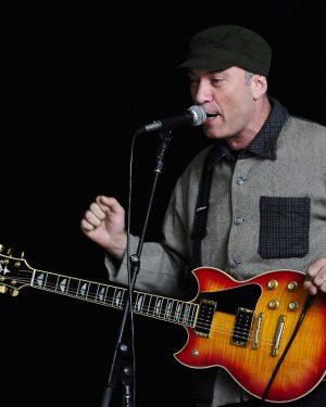 Herói da guitarra, Scandurra presta tributo ao mod com a Relespública no Goiânia Noise