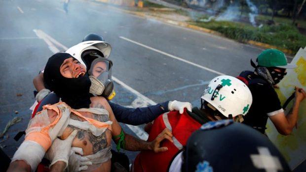 Protesto na Venezuela acaba em confronto entre manifestantes e policiais