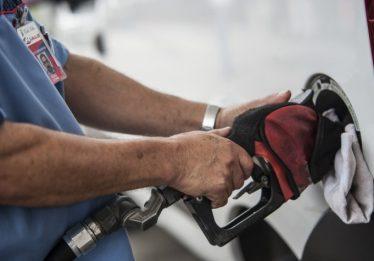Preço da gasolina nas refinarias acumula queda de 4,2% no mês