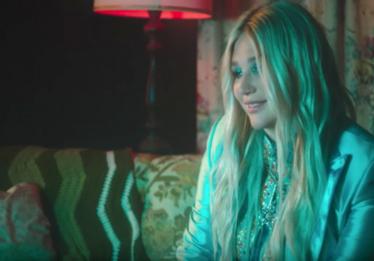 Kesha cria País das Maravilhas com suas memórias no clipe de 'Learn To Let Go'