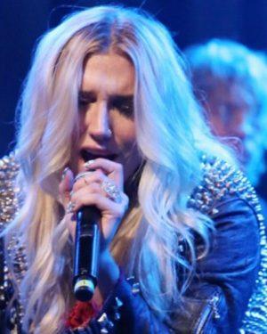 Kesha adia shows de turnê após sofrer lesão no joelho