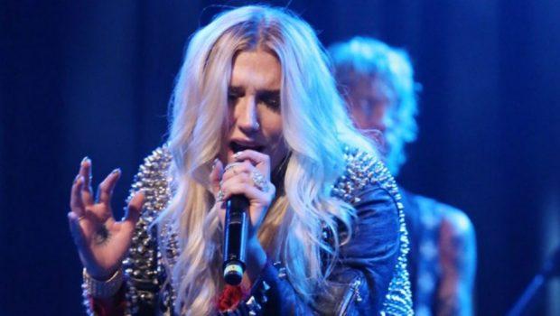 Kesha chora antes de cantar 'Woman' pela primeira vez
