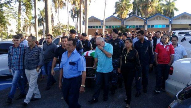 Sob forte comoção, corpo de Paulo Garcia é enterrado no Cemitério Jardim das Palmeiras