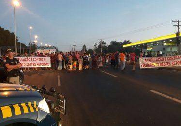 Grupo protesta contra fechamento de retorno na BR 153