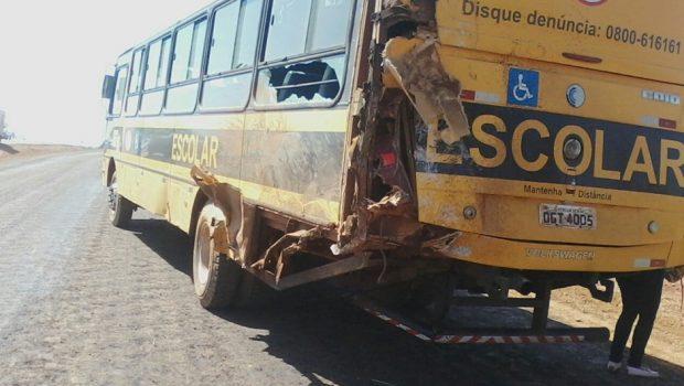 Caminhão bate na traseira de ônibus escolar, em Petrolina de Goiás