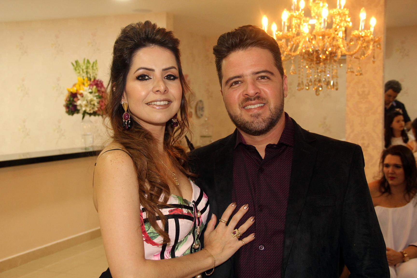 A empresária Ludmyla Vasconcelos e o seu marido, Marco Aurélio Vasconcelos receberam os convidados no evento de inauguração da nova sede da Loja Amoreco.
