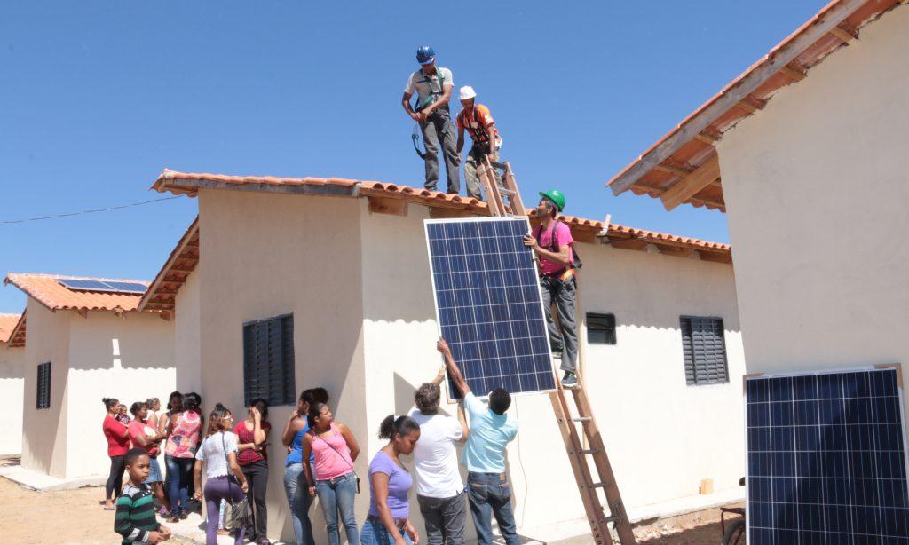 Marconi entrega em Alto Paraíso de Goiás segundo residencial com geração de energia solar fotovoltaica do Estado