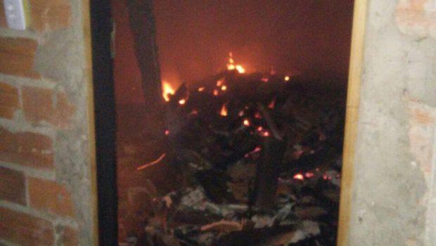 Polícia Militar procura suspeito que ateou fogo em casa com a família dentro, em Guapó