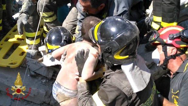 Bombeiros resgatam duas crianças soterradas em terremoto no Sul da Itália