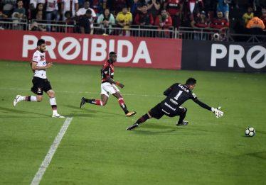 Com dois gols de Vinicius Junior, Flamengo bate o Atlético-GO na Ilha