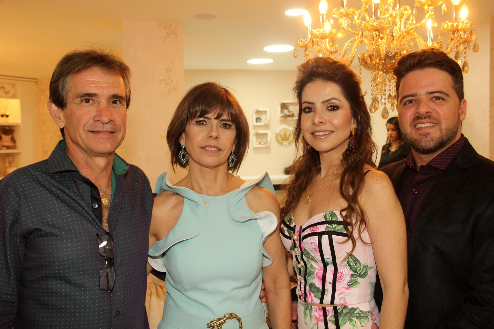 O casal Edmar e Virgínia Fernandes foram recebidos pelos empresários Ludmyla Vasconcelos e Marco Aurélio Vasconcelos na nova sede da Loja Amoreco.