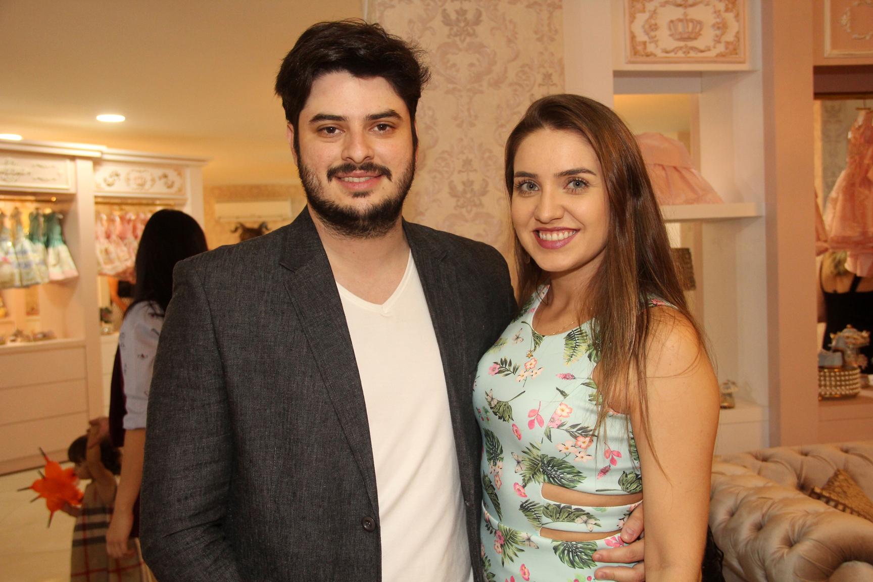 O casal Mateus e Gabriela Constantin foram conhecer a nova sede da loja Amoreco, no Setor Marista.