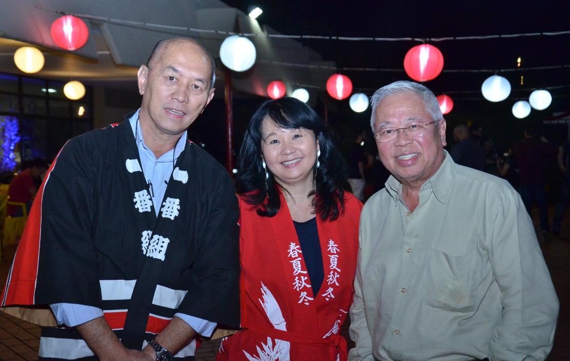 Os conselheiros do KAIKAN Jadir Matsuy e Katsume Fujioka com a coordenadora de logística do Bon Odori, Suemi Nakamura, no lançamento do evento que acontece dias 25 e 26 de agosto.