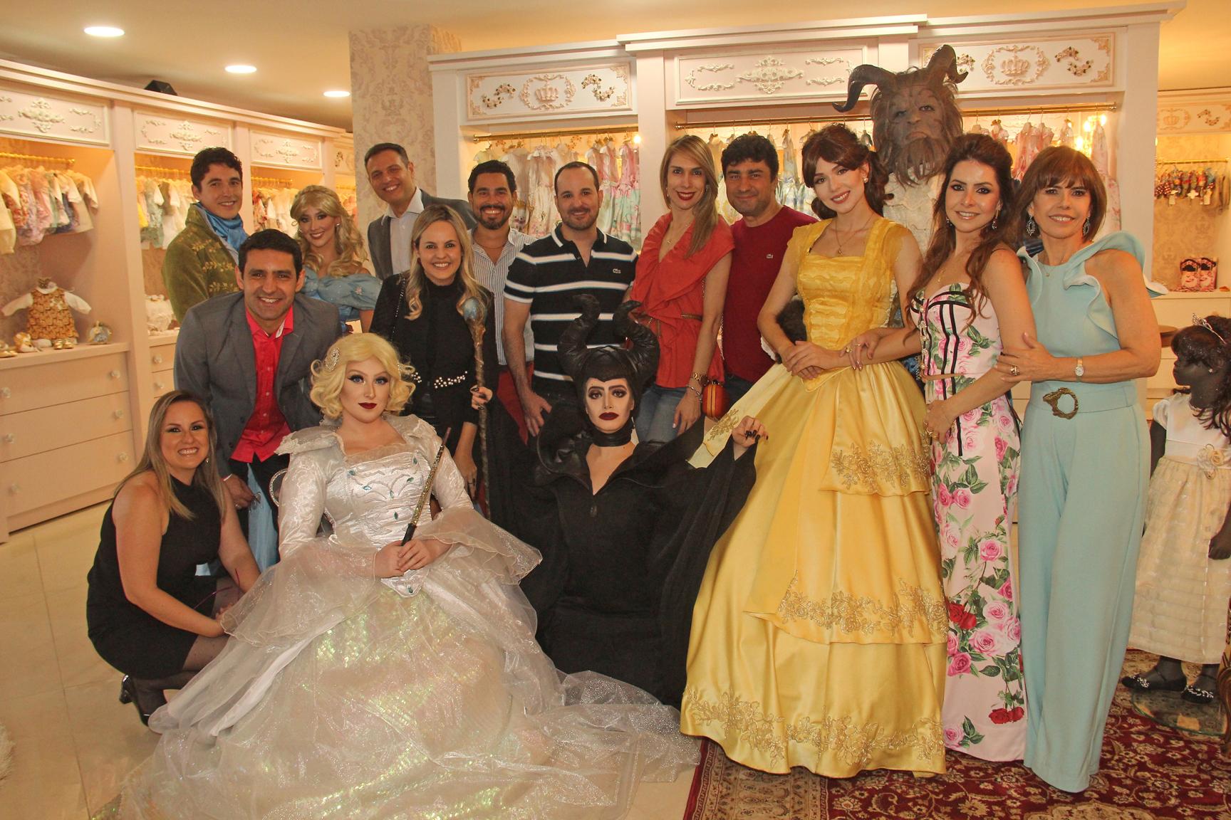 Os convidados do evento de inauguração da nova sede da loja Amoreco com os personagens vivos da Disney.
