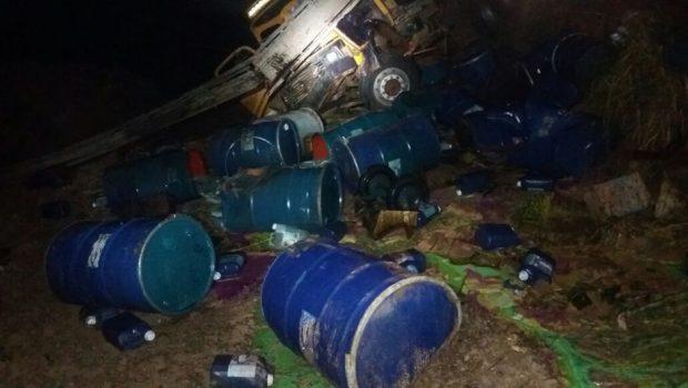Carreta tomba e espalha produtos perigosos na BR-060, em Abadia de Goiás