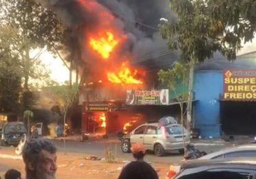 Duas lojas são atingidas por incêndio, na Vila Canaã