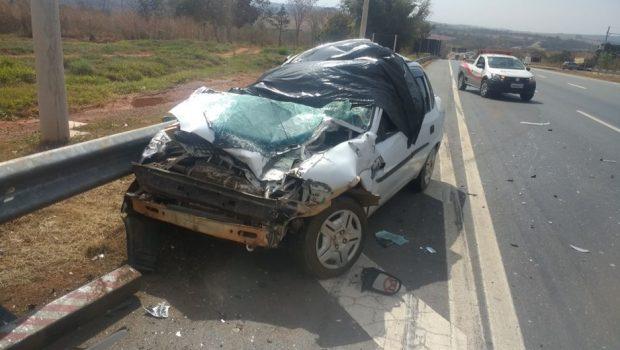 Jovem morre ao colidir carro na traseira de caminhão, em Professor Jamil