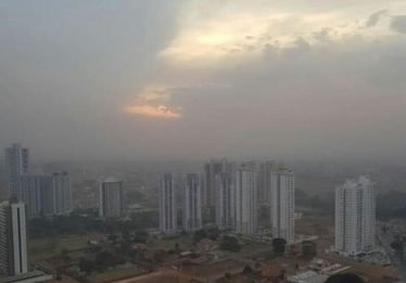 Choque entre massas de ar deixa céu nublado em Goiânia