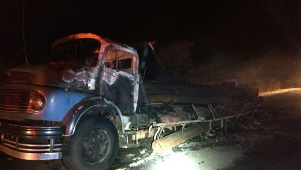 Caminhão carregado de ferro pega fogo na BR-050, em Campo Alegre