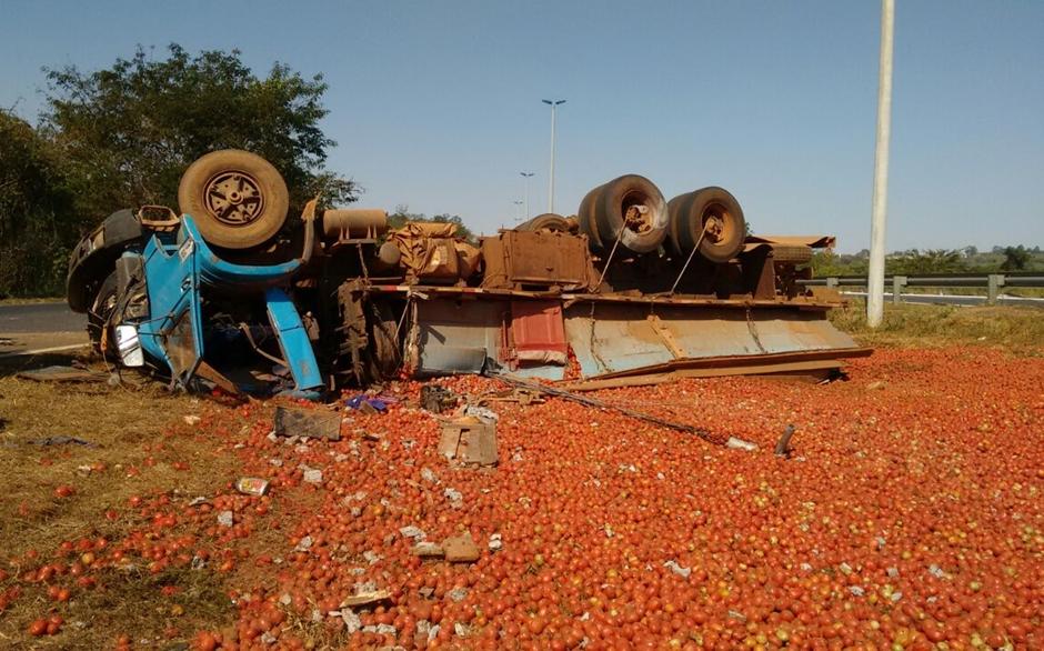 Motorista de caminhão morre em acidente na GO-020