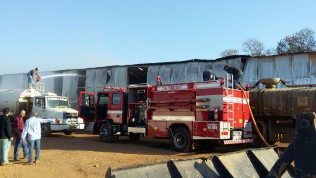Bombeiros combatem incêndio em galpão de fazenda na GO-213, próxima a Caldas Novas