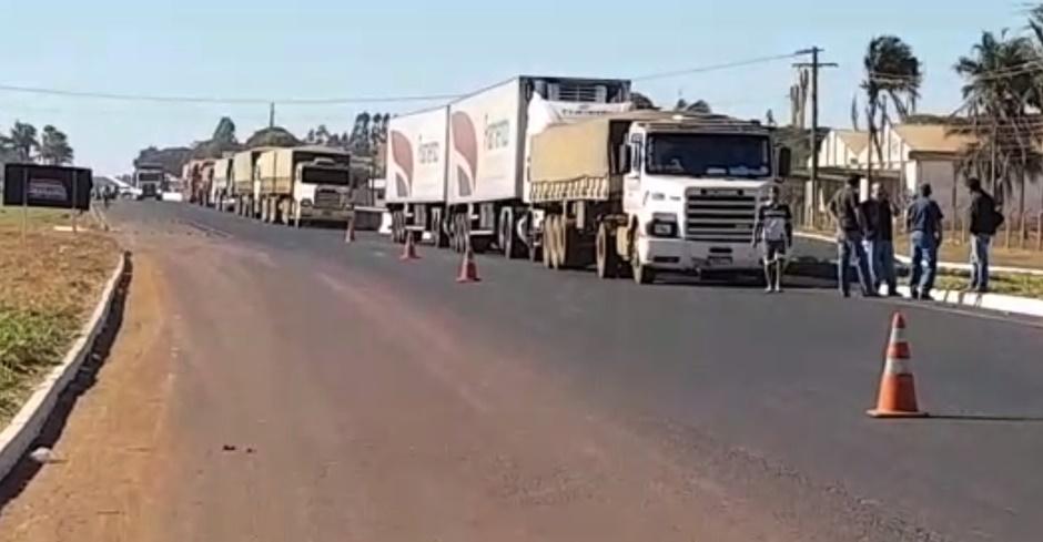 Caminhoneiros protestam contra aumento dos combustíveis na BR-153