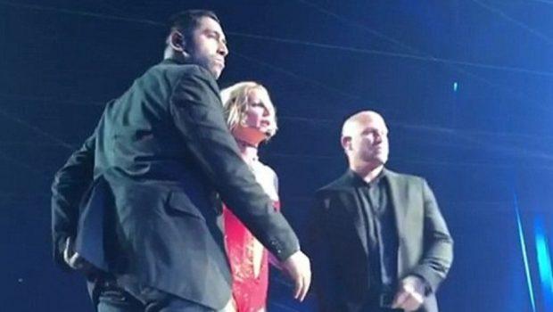 Homem invade palco de Britney Spears e apavora cantora