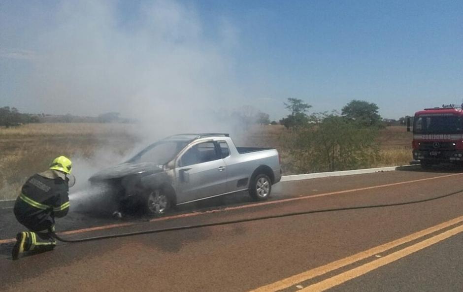 Carro pega fogo na BR-080, em São Miguel do Araguaia