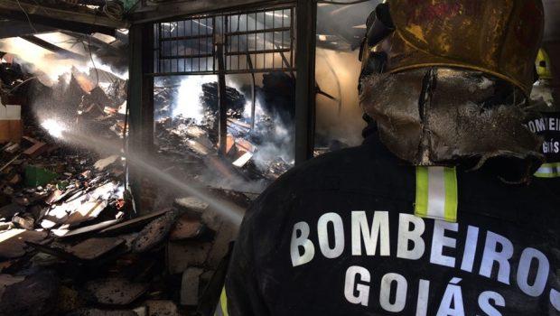Galpão pega fogo no Jardim Petrópolis