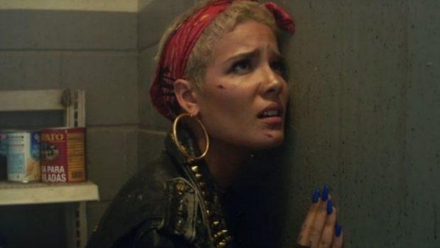 Halsey continua como uma fugitiva no clipe de 'Bad At Love'