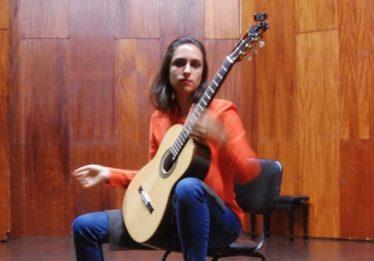 Ato em memória da violonista Mayara Amaral é realizado na UFG