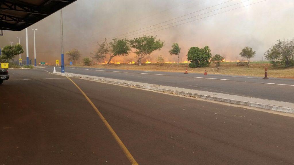 Incêndio provoca interdição da BR-153, em Itumbiara