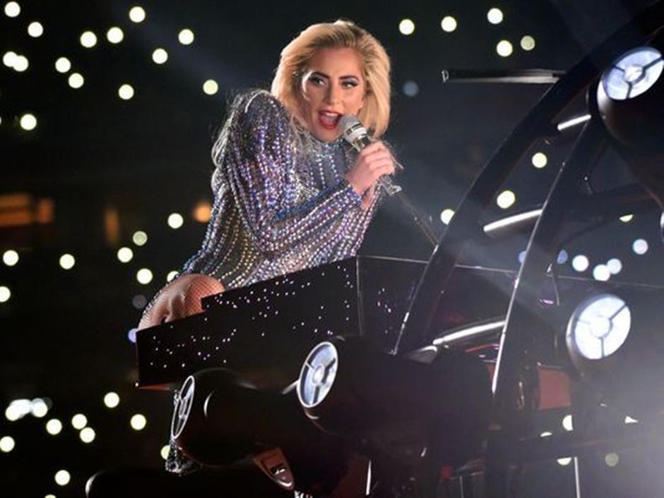 Batom com glitter de Lady Gaga é pura inspiração. Veja!