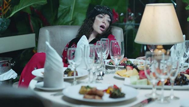Lorde explora a definição de 'lugar perfeito' no clipe de 'Perfect Places'