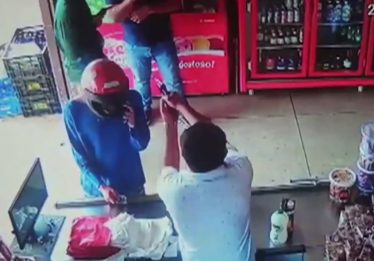 Vídeo mostra momento em que comerciante mata dois ladrões durante assalto em Caldas Novas