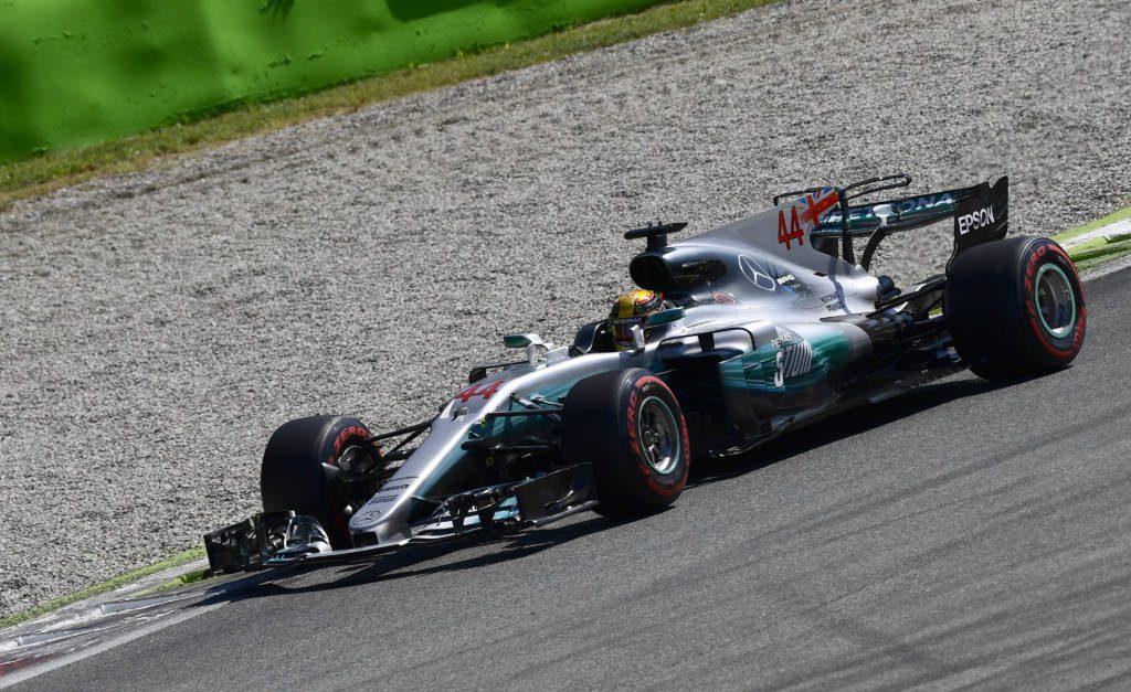 Hamilton vence, garante dobradinha da Mercedes e assume a liderança