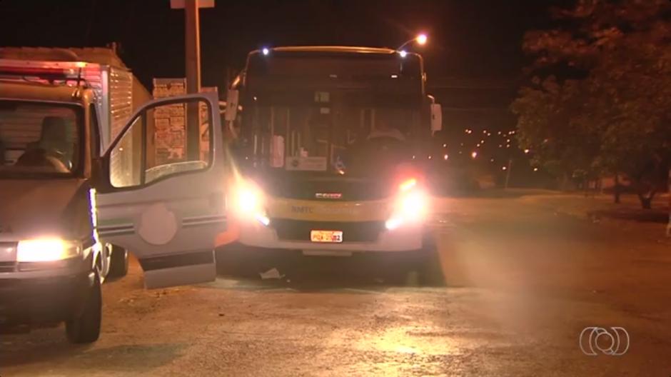 Jovem é assassinado dentro de ônibus do transporte coletivo em Goiânia