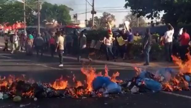 Lojistas protestam contra falta de fiscalização na Rua 44