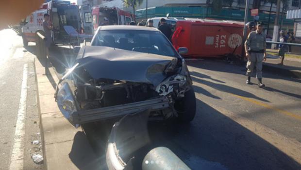 Acidente com ambulância do Samu e carro de passeio deixa 2 pessoas feridas em Goiânia