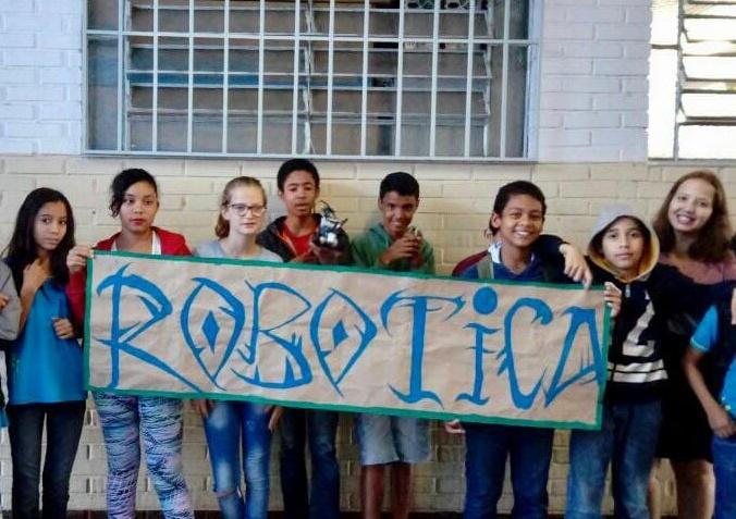 Professora cria campanha para financiar oficina de robótica em escola de Goiânia
