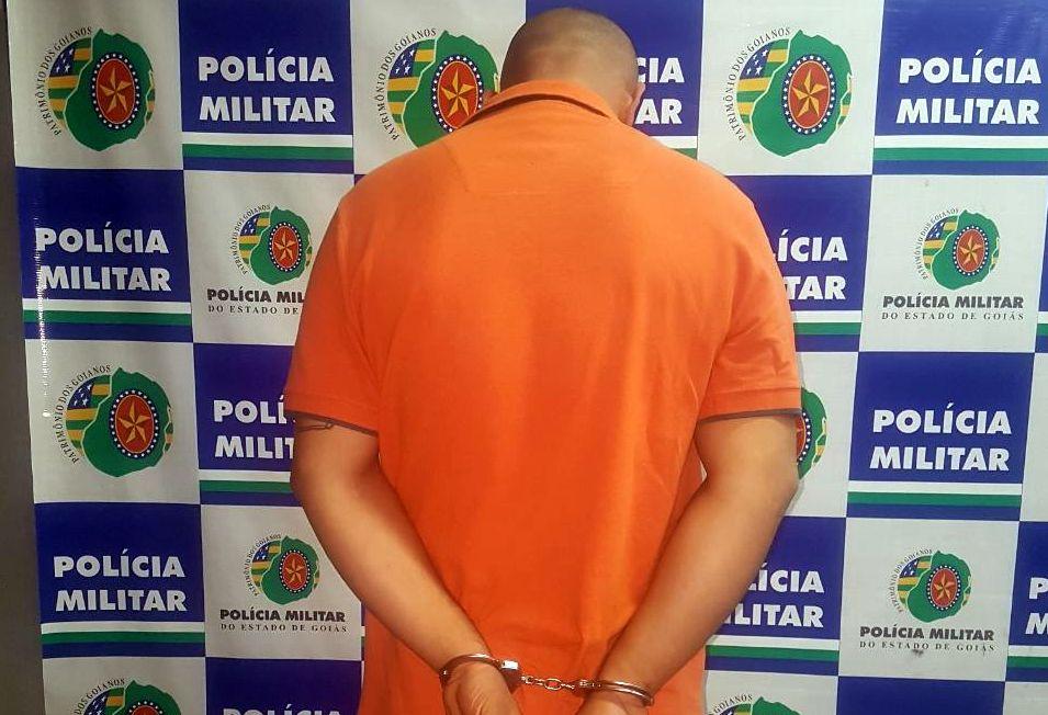 Homem é preso com armas de fogo, pólvora e granada dentro de casa, em Goiânia