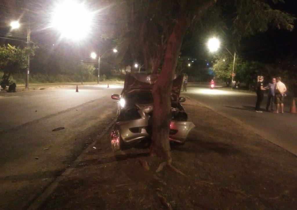 Idoso morre em colisão contra árvore no Setor Gentil Meireles
