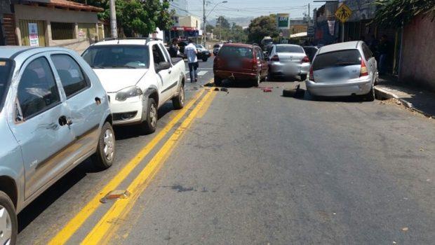 Acidente de trânsito deixa uma vítima fatal e vários veículos danificados, em Goiânia