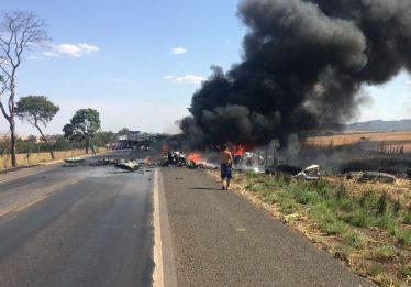 Acidente entre dois caminhões interdita a BR 153 no norte do Estado