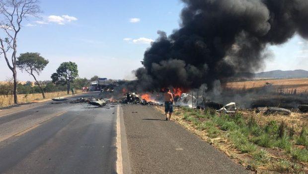 Acidente entre dois caminhões deixa uma pessoa morta e outra ferida na BR 153, em Mara Rosa